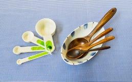 措施与四木匙子的匙子集合在被安置的白色碗  库存图片