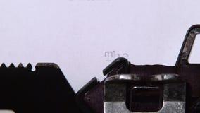 措辞一台减速火箭的打字机打印的结尾的书 关闭 股票录像