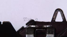 措辞一台减速火箭的打字机打印的结尾的书 关闭 影视素材