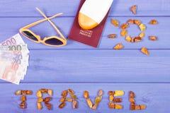 措辞与太阳,太阳镜,太阳化妆水,与欧洲的货币的护照形状的旅行  库存照片