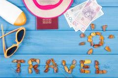 措辞与太阳,太阳镜,太阳化妆水,草帽,与波兰金钱的护照形状的旅行  图库摄影