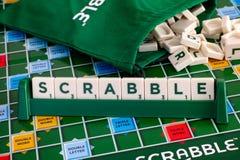 措辞从信件瓦片的拼字游戏在gameboard的瓦片机架与 免版税图库摄影