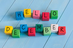 措辞你好在儿童的玩具立方体的12月在木 库存图片