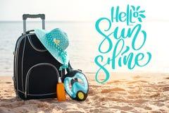 措辞你好阳光和手提箱有帽子的,遮光剂与面具 热带海,海滩在背景中 的treadled 库存图片