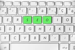 措辞在一个白色键盘写的SEO,搜索引擎优化概念,互联网网站等级 库存照片