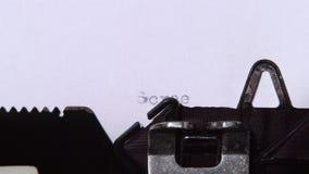 措辞在一台减速火箭的打字机打印的纸片的电影剧本 关闭 股票录像