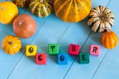 措辞在儿童的玩具立方体和秋天的10月 库存图片