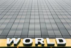 措辞在摩天大楼的门面的世界 免版税库存照片