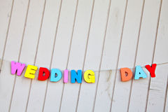 措辞在板条背景的婚礼之日 库存照片