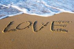 措辞在沙子写的爱在海滩 免版税库存图片