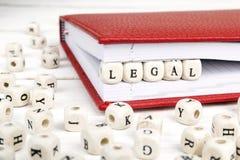 措辞在红色笔记本的木块写的法律在白色求爱 库存图片