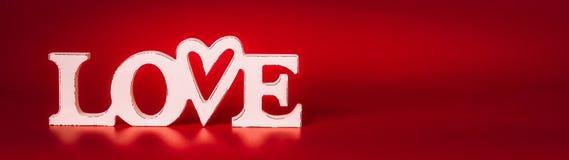 措辞在红色背景,正面图的爱标志 红色上升了 免版税库存照片