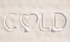 措辞在雪写的寒冷,与心脏 免版税图库摄影