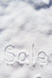 措辞垂直在雪写的销售在一个晴天 免版税库存照片