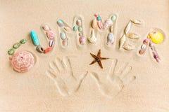 措辞夏天由海壳和小珊瑚做成在沙子, 库存照片