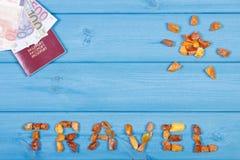 措辞太阳,与货币欧元,假期的概念的护照旅行和形状  图库摄影