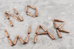 措辞战争`没有计划攻击步枪的子弹在老灰色打破的混凝土的` 免版税库存图片
