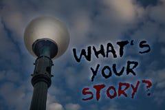 措辞文字文本什么\ 'S您的故事问题 要求的某人企业概念告诉我关于他自己轻的岗位蓝色多云 库存图片