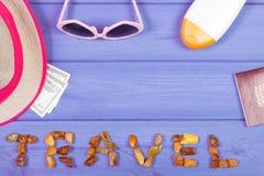 措辞旅行、太阳镜、草帽、太阳化妆水、护照和货币美元,文本的拷贝空间 免版税库存照片
