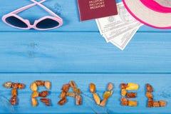 措辞旅行、太阳镜、草帽、护照和货币美元,文本的拷贝空间 库存图片