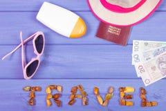 措辞旅行,太阳镜,太阳化妆水,草帽,护照并且擦亮货币 库存图片