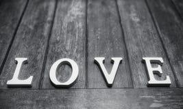 措辞爱由白色木信件做成在木背景 库存图片
