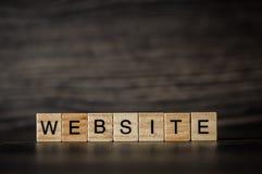 措辞网站,包括在一黑暗的woode的轻的木立方体 免版税库存照片