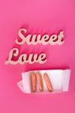 措辞美好的爱,在桃红色纸的木信件与开放箱新鲜的杯形蛋糕 华伦泰` s日背景 Lovestory或 库存图片