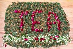 措辞茶由玫瑰色茶芽制成在下面划线与茉莉花花蕾 日本绿茶混合和烤糙米在背景 库存照片