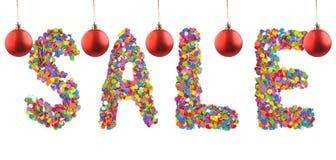 措辞销售被形成与圣诞节红色球的五颜六色的五彩纸屑 库存图片