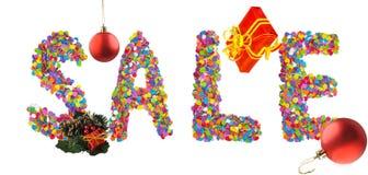 措辞销售被形成与圣诞节装饰的五颜六色的五彩纸屑 免版税图库摄影