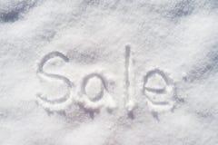 措辞水平地在雪写的销售在春日 免版税库存图片