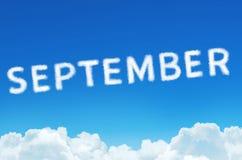 措辞9月由云彩蒸汽制成在蓝天背景 月计划,时间表概念 库存照片