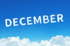 措辞12月由云彩蒸汽制成在蓝天背景 月计划,时间表概念 库存照片