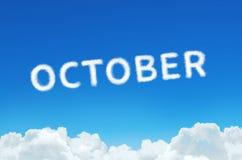 措辞10月由云彩蒸汽制成在蓝天背景 月计划,时间表概念 免版税库存图片