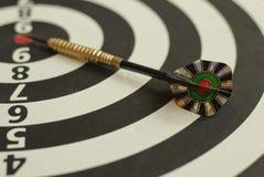 掷镖的圆靶和箭头 库存图片