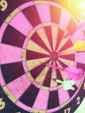 掷镖的圆靶是目标,并且箭是在succe的机会迷离 免版税库存照片