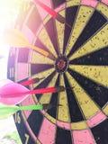 掷镖的圆靶是目标,并且箭是机会迷离 库存照片