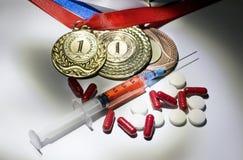 掺杂在体育概念 药物和奖牌在黑背景 库存图片