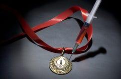掺杂在体育概念 药物和奖牌在黑背景 免版税图库摄影
