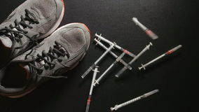 掺杂:注射器慢动作射击在附近落运动鞋-顶视图 影视素材