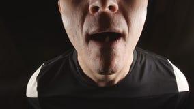 掺杂:运动员画象采取药片在嘴在更衣室 影视素材