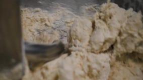 揉的面团特写镜头在生产搅拌器的 E 螺旋捏制机在面包店揉烘烤的新鲜的面团 股票录像