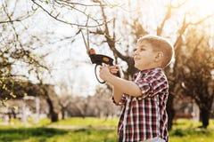 描出正面孩子照片那根切口枝杈 库存图片