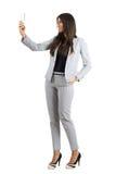 描出的年轻女实业家采取与手机的观点selfie 库存照片