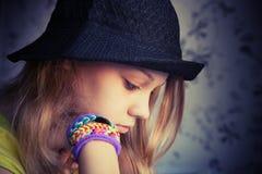 描出美丽的白肤金发的十几岁的女孩画象黑帽会议的 库存照片