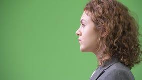 描出观点的有卷曲金发的年轻美丽的女实业家 影视素材