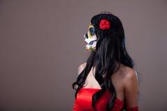 描出观点的糖红色礼服的头骨女孩 免版税库存照片