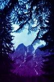 描述一个美好的喜怒无常的冷淡的多山风景的照片 图库摄影
