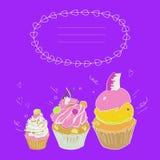 描述三个蛋糕和一个框架文本的例证在明亮的紫色紫罗兰色背景 向量 免版税库存图片